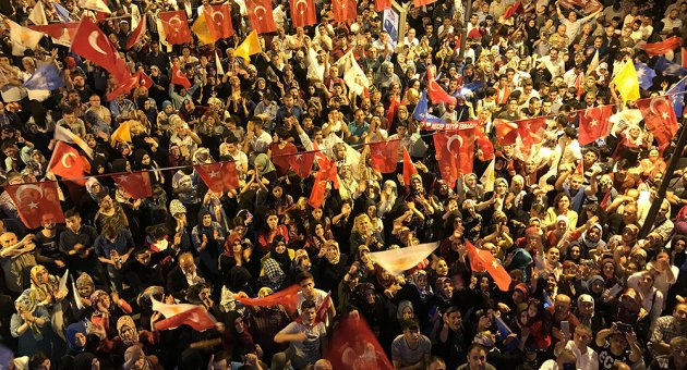 AK Partililer sokaklarda kutlama yaptı
