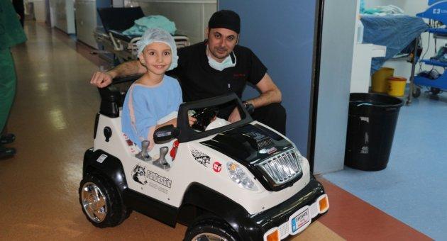 Ameliyathaneye giden çocuklara akülü araba