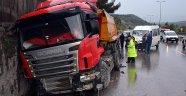 Kaza Yapan TIR'a Minibüs Çarptı!